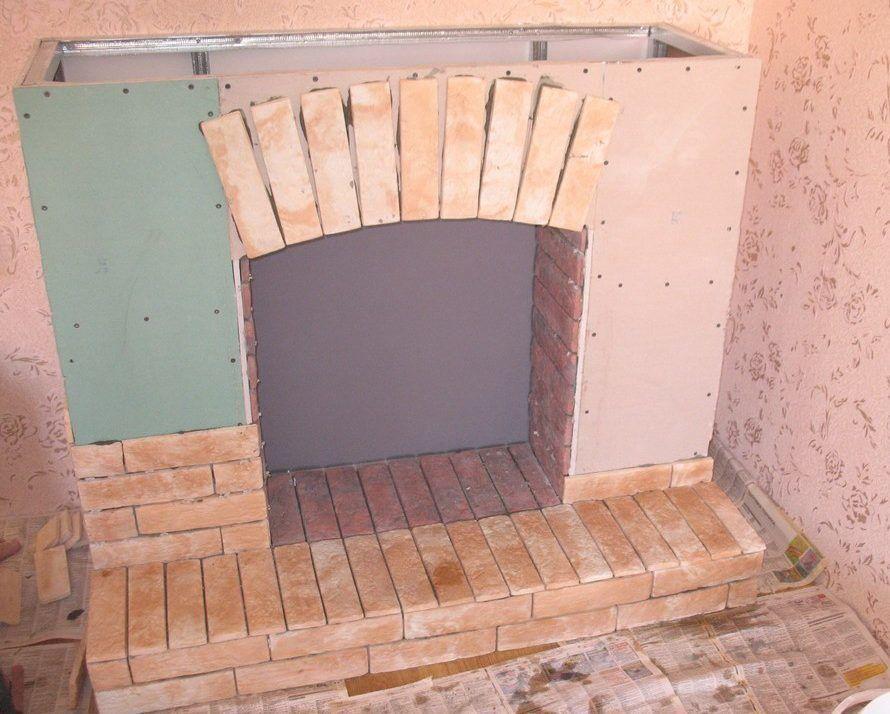 Декорирование портала камина камнем