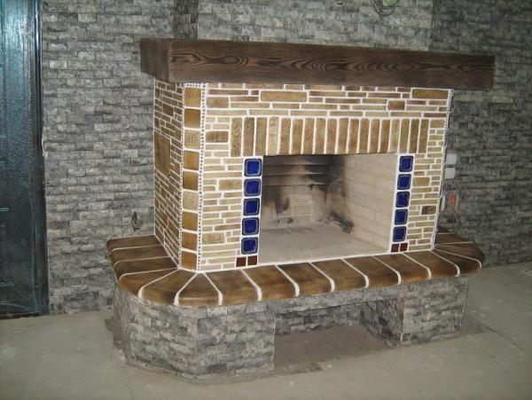 Камин отделанный шамотной плиткой