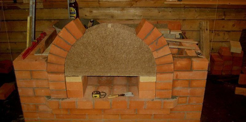 Кладка арки камина по шаблону