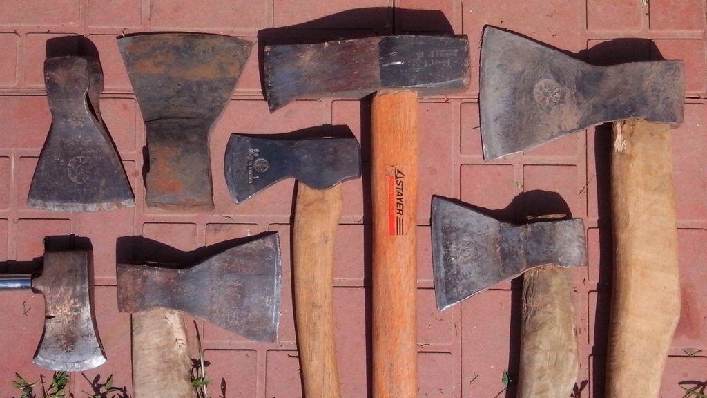 Классификация топоров удивительно многообразна: столярные, универсальные плотницкие, топор лесоруба, колун, кузнечный топор, мясницкий топор, пожарный топор
