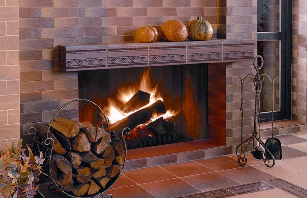 Очень красиво и гармонично смотрится камин, облицованный натуральным камнем. Обычно используют фасадную плитку, стилизованную под натуральный камень