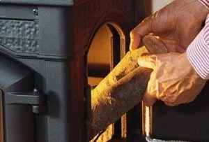 Закладка сухих дров в печь-камин