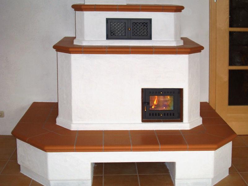 Оштукатуренная печь с изразцовыми скамейками