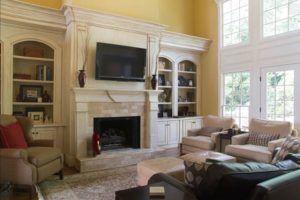 Телевизор над камином в гостинной