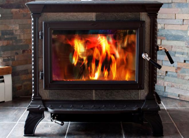 Один из минусов металлических печей для дома, является то, что они много потребляют дерева для отопления