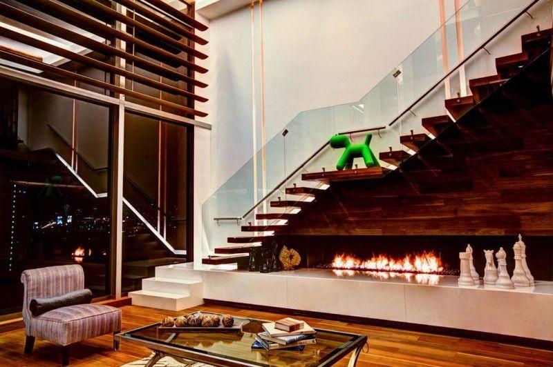 Необычное дизайнерское решение: камин под лестницей