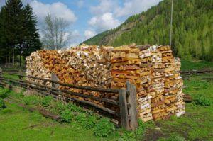 Один из вариантов правильного хранения дров