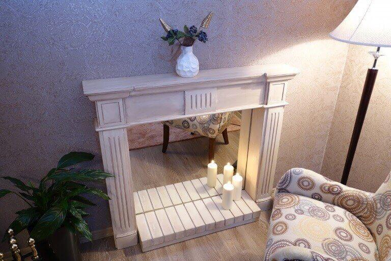Декоративный камин с зеркалом и свечами