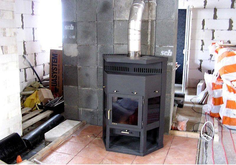 Печь-камин установленная на площадку, выложенную плиткой из керамогранита