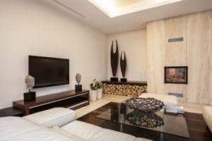 Расположение камина и телевизора на перпендикулярных стенах